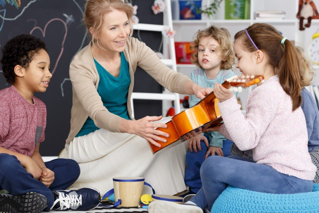 children learning guitar